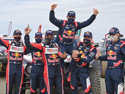 Stephane Peterhansel celebra su victoria en el Rally Dakar aupado por sus rivales, Al-Attiyah y Sainz.