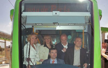 Tomás Gómez, a los mandos del tranvía de Parla durante su inauguración en 2007. Junto a él, la expresidenta regional, Esperanza Aguirre, y los socialistas Miguel Sebastián y Rafael Simancas.