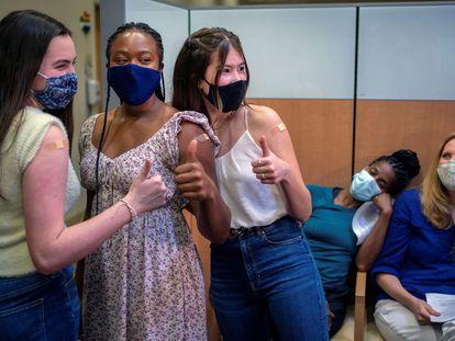 Tres adolescentes son fotografiadas tras recibir la primera dosis de la vacuna Pfizer, en Nueva Orleans (EE UU), el 13 de mayo.