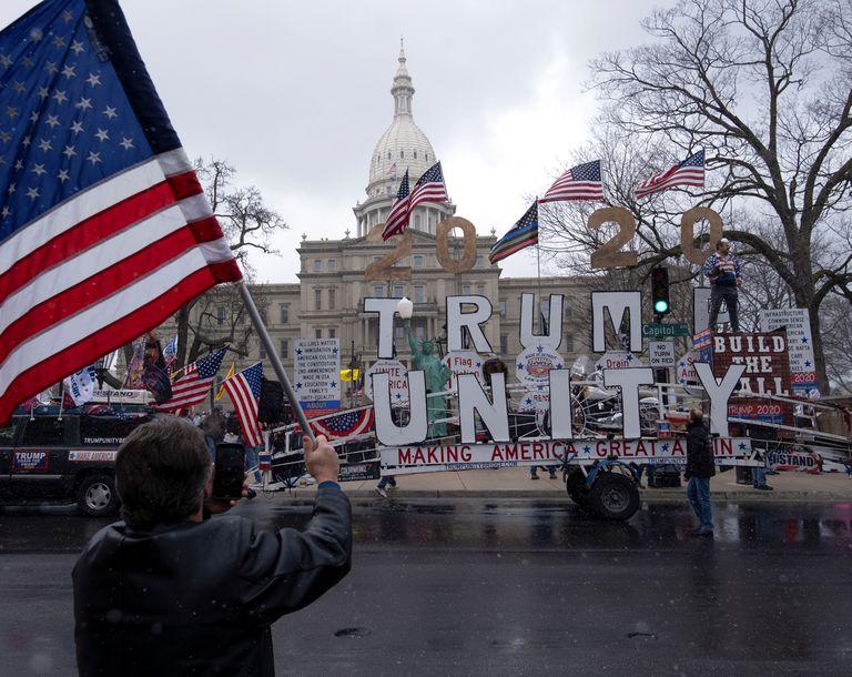 Manifestantes apoyan al presidente Donald Trump frente al Capitolio de Michigan el pasado 15 de abril.