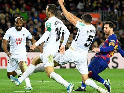 Messi supera a los defensas del Granada en el gol del Barça. En vídeo, declaraciones de Setién tras su debut en el banquillo azulgrana.