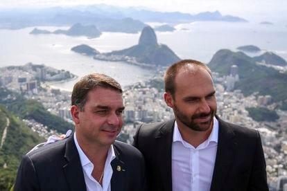 El senador Flavio Bolsonaro y el diputado federal Eduardo Bolsonaro, el 1 de marzo durante la celebración por el 90 aniversario de la estatua de Cristo Redentor, en Río de Janeiro.