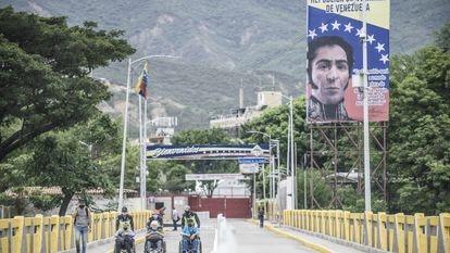 El Puente Simón Bolivar, con poco tránsito debido al día cívico declarado en Cúcuta por la celebración del bicentenario de la Constitución.