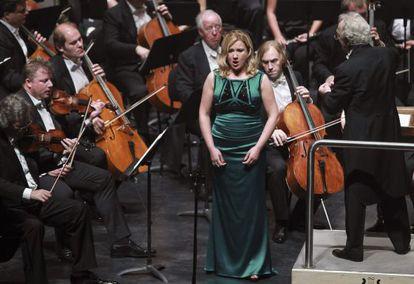 La mezzosoprano Ekaterina Gubanova, con la Orquesta Filarmónica de San Petersburgo.