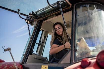 Cristina Monreal, manejando su tractor, este jueves, en Tomelloso (Ciudad Real).