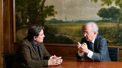 Luis García Montero (izquierda) y Santiago Muñoz Machado charlan en el despacho del primero en la sede del Instituto Cervantes de Madrid.