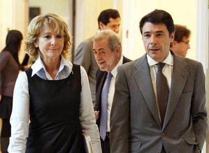 Aguirre y su vicepresidente, Ignacio González, con el consejero Antonio Beteta tras ellos.