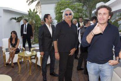Flavio Briatore, con su socio, Alejandro Agag. Al fondo, Elisabetta Gregoraci.