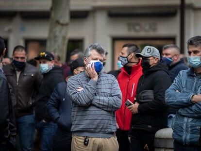 Taxistas de Sevilla se manifiestan en reclamo de ayudas municipales directas, el pasado jueves.