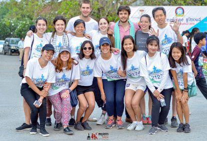 Juan Urdangarín, el más alto en la última fila, junto al resto de voluntarios que han viajado a Battambang, Camboya.