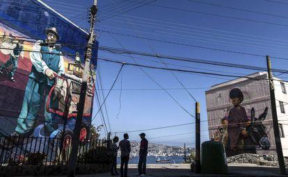 En el edificio de la izquierda, Las glorias populares (2016), de TEO. En el de la derecha, El lechero (2016), de Alapinta, en el barrio de Cerro Lecheros.