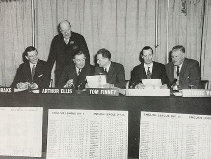 Los miembros del jurado. De izquierda a derecha, Ted Drake, Lord Brabazon (de pie), Arthur Ellis, Tom Finney, Tommy Lawton y George Young.