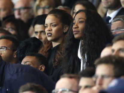 No, Rihanna no está viendo la actuación de Maroon 5 en la Super Bowl del año pasado. Está en París disfrutando a su manera de un partido de fútbol.
