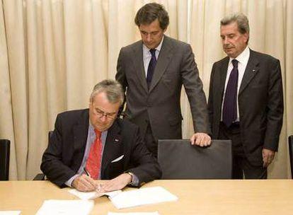 Bernotat (E.ON), Entrecanales (Acciona) y Conti (Enel), en la firma del acuerdo de Endesa el 2 de abril.