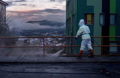 Un operario municipal desinfecta una calle el pasado viernes en Ourense.