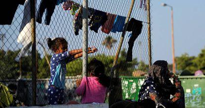 Refugiadas a la espera de continuar su ruta en Atenas.