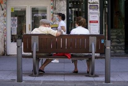 Una pareja de ancianos, el 27 de julio en Madrid.