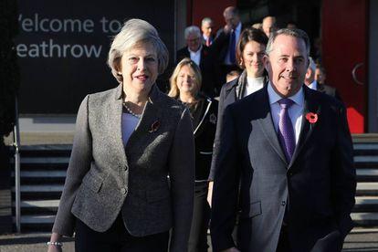 Theresa May junto al secretario de Estado de Comercio, ayer en Londres.