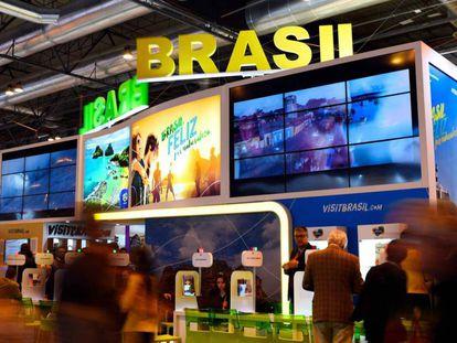 Varios visitantes en el stand de Brasil en Fitur 2018.