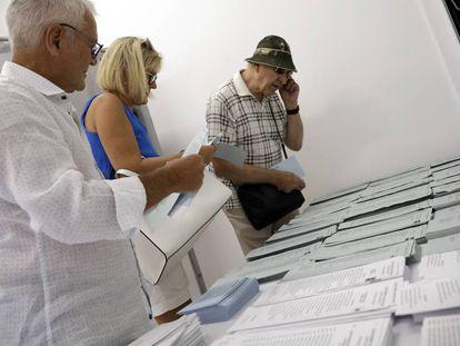 Varios ciudadanos extranjeros votan en Mijas (Málaga).