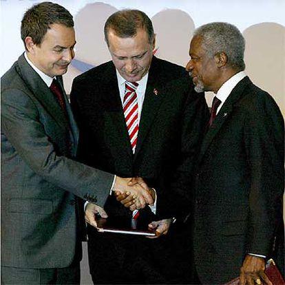 José Luis Rodríguez Zapatero estrecha la mano a Kofi Annan (derecha) ante Recep Tayyip Erdogan.