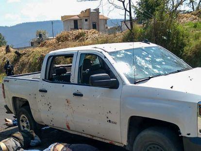 Uno de los vehículos baleados en la zona de Llano Grande en Coatepec Harinas.