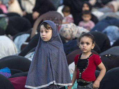 Niñas palestinas en el rezo del final del Ramadán en Gaza.