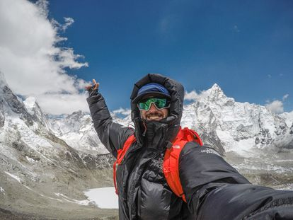 El montañista chileno Juan Pablo Mohr se fotografía en 2019 en la cumbre del  Lhotse, el cuarto pico más alto del mundo tras el Everest, el K2 y el Kangchenjunga.