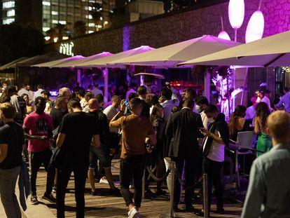 Jóvenes en los exteriores de las discotecas del paseo Marítimo, en Barcelona.