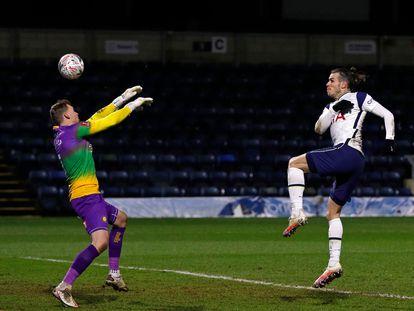 Bale supera al portero del Wycombe Wanderers en la cuarta ronda de la FA Cup.