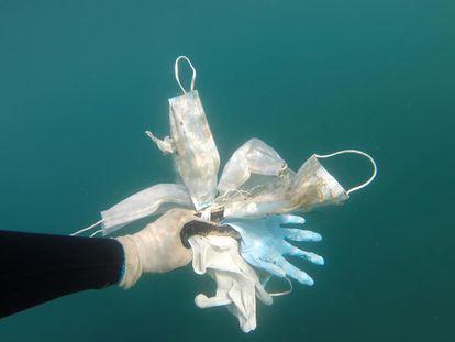 El vídeo que muestra cómo mascarillas y guantes llegan hasta el fondo del Mediterráneo