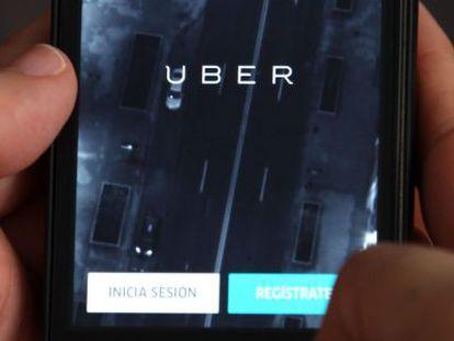Un usuario inicia sesión en Uber.