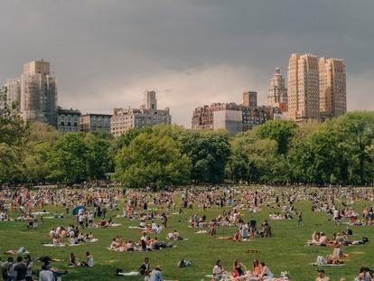 La explanada de Sheep Meadow, en el neoyorquino Central Park, repleta de gente el 15 de mayo.