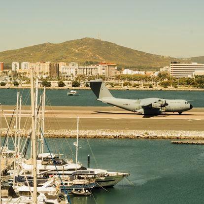 Un avion A400M de la Royal Air Force británica aterriza en el aeropuerto de Gibraltar, procedente de la base inglesa de Brize Norton, con una de las últimas remesas de vacunas contra la covid. Este aeródromo militar es de los más peligrosos del mundo.