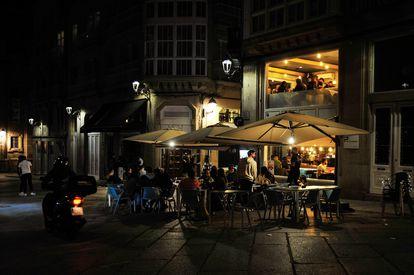 Varias personas en la terraza de un bar de Ourense, Galicia, el pasado sábado.