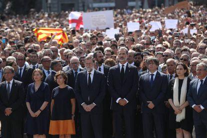 Felipe VI, Mariano Rajoy, Soraya Saénz de Santamaria, Zoido, Puigdemont, Colau y Forcadell, durante el minuto de silencio en la plaza de Catalunya.