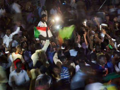"""Un grupo de manifestantes grita """"revolución"""" con sus móviles en alto en la sentada que se celebró el pasado 6 de mayo de 2019 en Jartum, Sudán."""