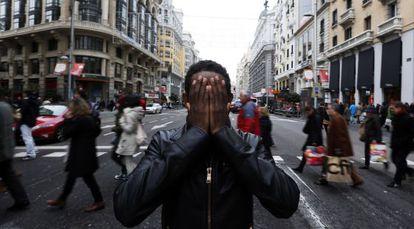 El camerunés Yafar, en la Gran Vía de Madrid, el pasado 28 de diciembre. / carlos rosillo (EL PAÍS)