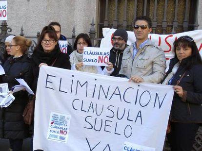 Concentración en protesta por las cláusulas suelo, en una imagen de archivo