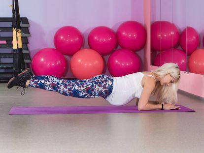 Una embarazada haciendo ejercicio.