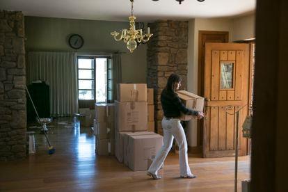 La mujer saca varias cajas de su antigua casa de Torrelodones.