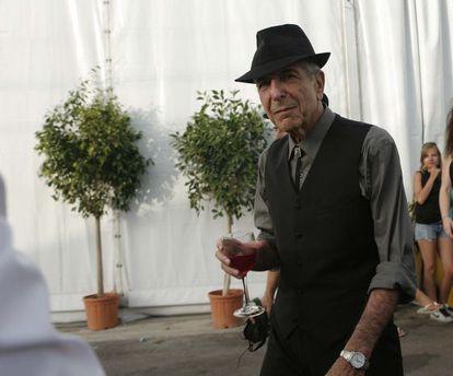 Leonard Cohen, con una copa de vino momentos antes actuar en el Festival Internacional de Benicàssim en julio de 2008.