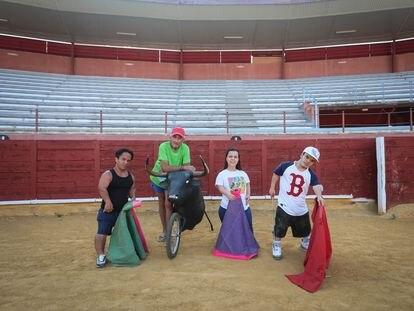 Fabio Pavón, Juan Bermejo, Patricia Rotundo y Anderson Torres, en un ensayo del espéctaculo Popeye Torero, en la plaza de toros de Parla.