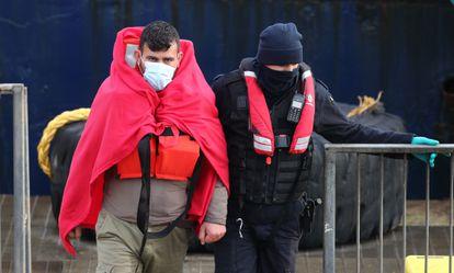 La policía retiene este miércoles a un inmigrante en Dover (Reino Unido).
