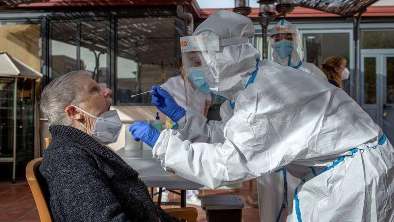 Una sanitaria realiza una prueba PCR a una mujer, la semana pasada en Barcelona.