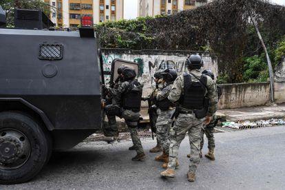 Miembros de una unidad especial de la policía venezolana patrullan las calles de la Cota 905, este viernes, en Caracas.