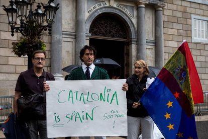 Álvaro de Marichalar protesta ante el Palau de la Generalitat.