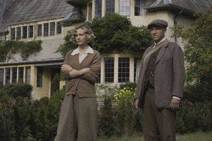 Carey Mulligan y Ralph Fiennes, en 'La excavación'.