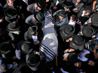 Una multitud acompaña el cadáver de una de las víctimas, en Jerusalén.