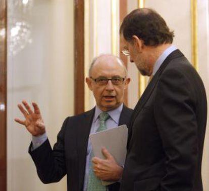 Montoro (izquierda) charla con Rajoy, ayer en el Congreso.